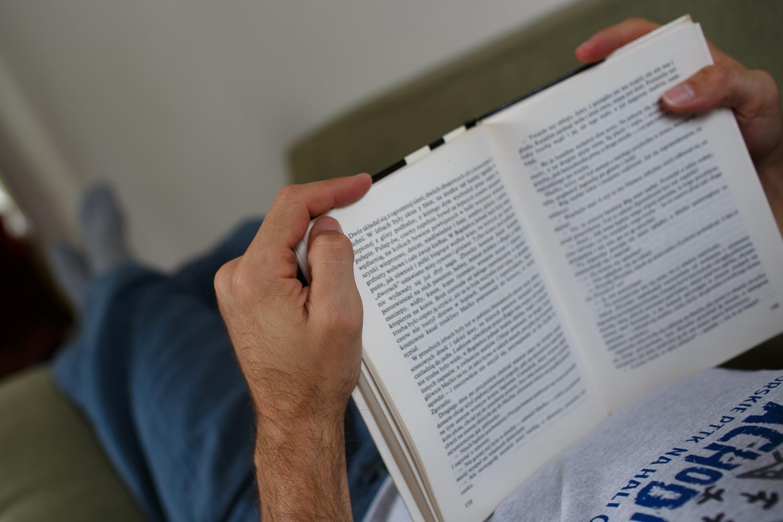 tata-czyta-dzieciom